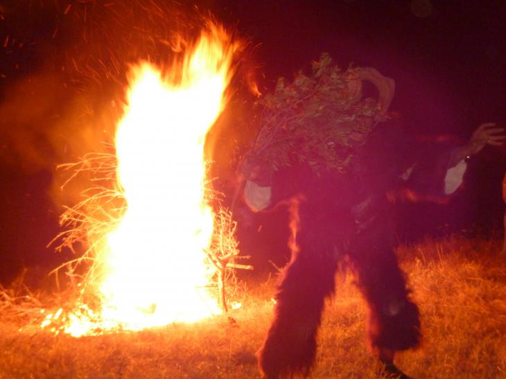 Ziegengott Boujeloud tanzt vor einem Feuer in Joujouka; Foto: Arian Fariborz