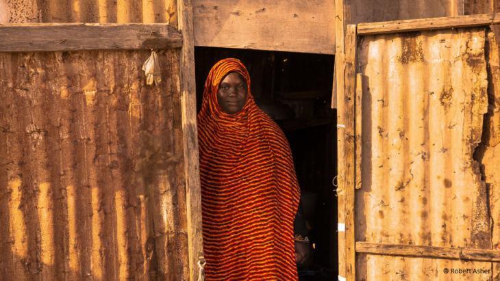 Frau in einer improvisierten Hütte
