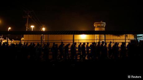 Palästinensische Arbeiter am Eyal Checkpoint; Foto: Reuters