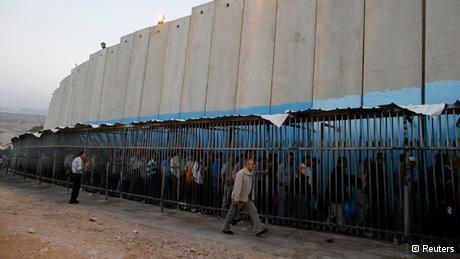 Palästinensische Arbeiter warten in der Nähe Betlehems am israelischen Sperrwall auf die Einreise; Foto: Reuters