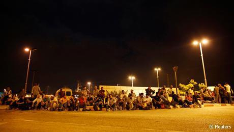 Palästinensische Arbeiter aus der Westbank warten am Eyal Checkpoint; Foto: Reuters