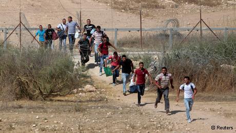 Palästinensische Arbeiter überqueren einen Grenzzaun in der Nähe der Stadt Beersheba; Foto: Reuters