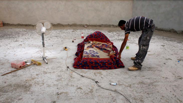 Palästinensischer Bauarbeiter aus der Westbank übernachtet auf einer Baustelle in der Nähe von Tel Aviv; Foto: Reuters