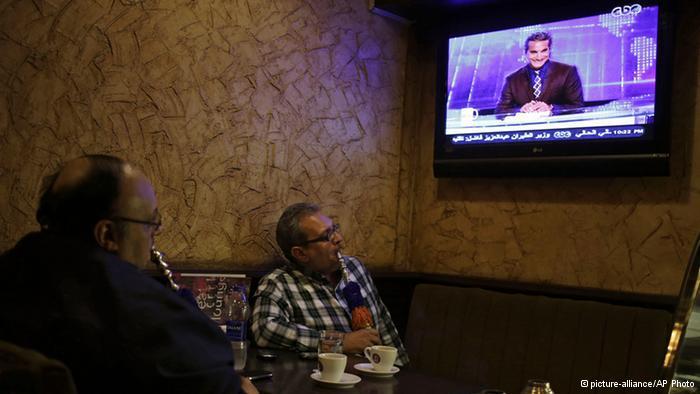 Zuschauer in einem Kaffee-Haus in Kairo vefolgen Bassem Youssefs Sendung; Foto: picture-alliance/AP