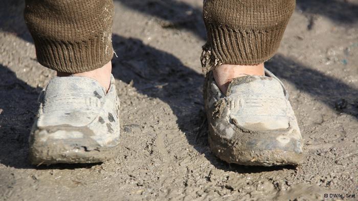 Kinderfüße in übergroßen Schuhen; Foto: DW/H. Sirat