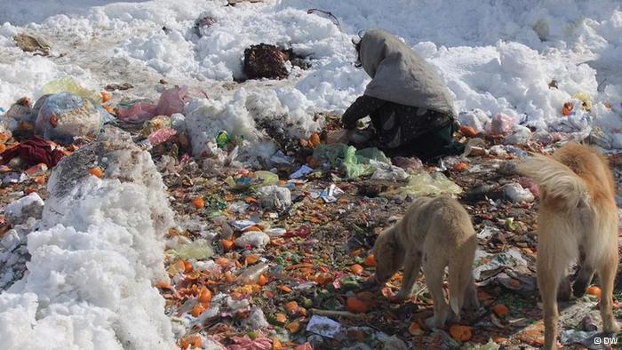 Mädchen durchwühlt Müll auf der Suche nach Essbarem; Foto: DW/H. Sirat
