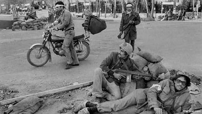 Bewaffnete in den Straßen Teherans unmittelbar nach der Islamischen Revolution; Foto: © akairan.com