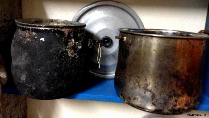 Kochtöpfe von ums Leben gekommenen Flüchtlingen; Foto: © Mamadou Ba