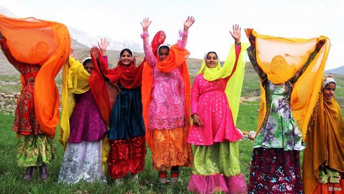 Bunt bekleidete Frauen feiern das persische Noruz-Fest; Foto: © Ima