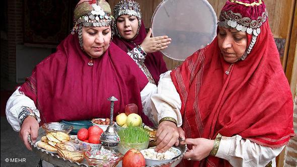 """Zwei Frauen bereiten eine """"Haft Sin""""-Tafel vor; Foto: © Mehr"""