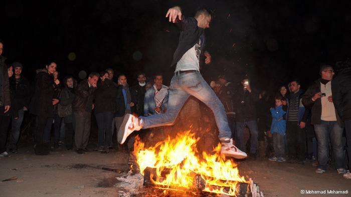 Ein Mann beim Feuersprung; Foto: © Mohamad Mohamadi