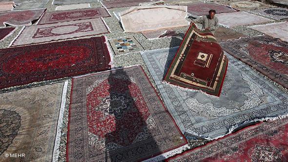 Ein Mann sucht einen Platz für seinen Teppich; Foto: © Mehr