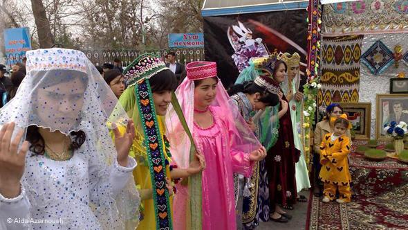 Tadschikische Frauen bei ihrem Noruz-Tanz; Foto: © Alida Azarnoush