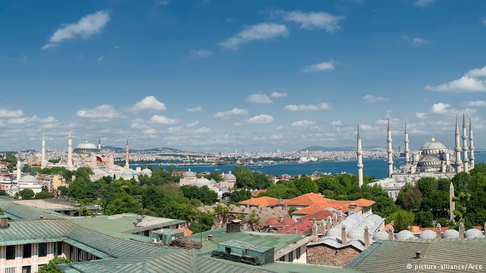 Hagia Sophia (l.) und Sultan-Ahmet-Moschee (r.); Foto: dpa/Arco