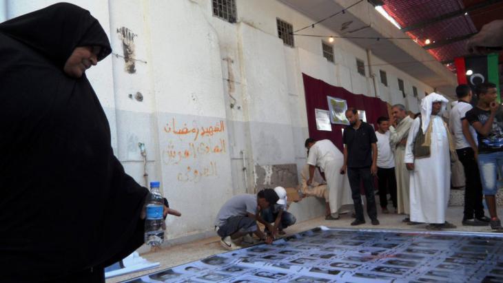 Trauer um verstorbene Angehörige im Abu-Slim-Gefängnis; Foto: Valerie Stocker