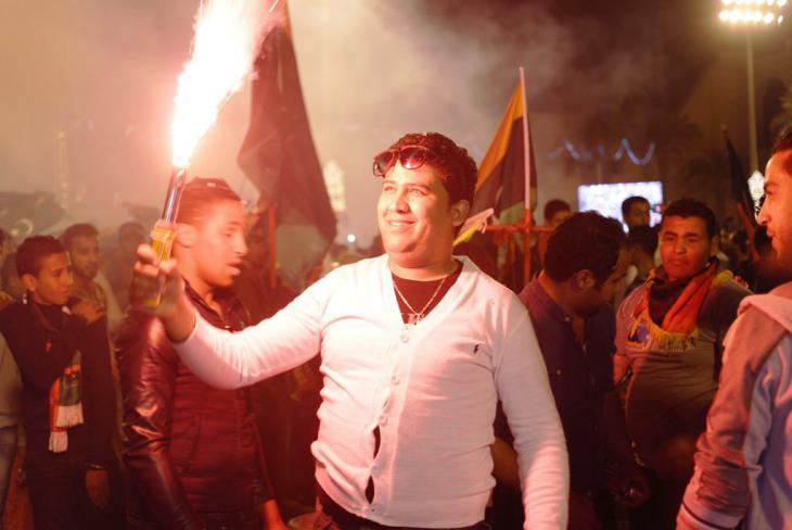 Jugendliche begehen mit Fahnen und Fackeln den Revolutionsfeiertag in Tripolis; Foto: Valerie Stocker
