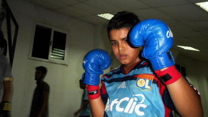 Junge trainiert in einem Box-Verein in Tripolis; Foto: Valerie Stocker