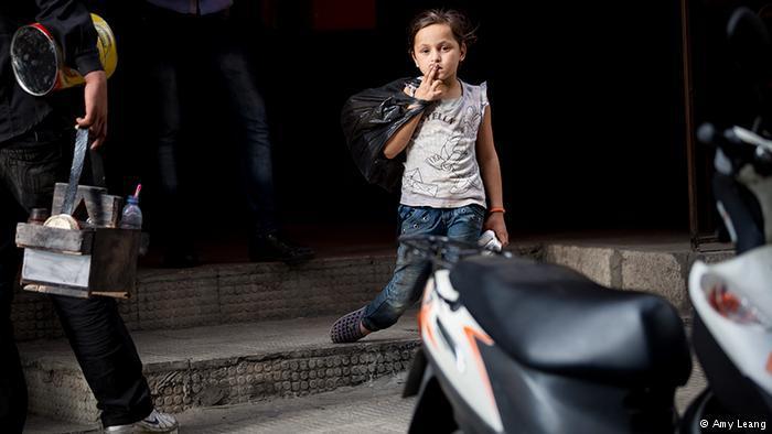Auf der Straße muss Nariman, 7, Taschentücher verkaufen; Foto: Amy Leang