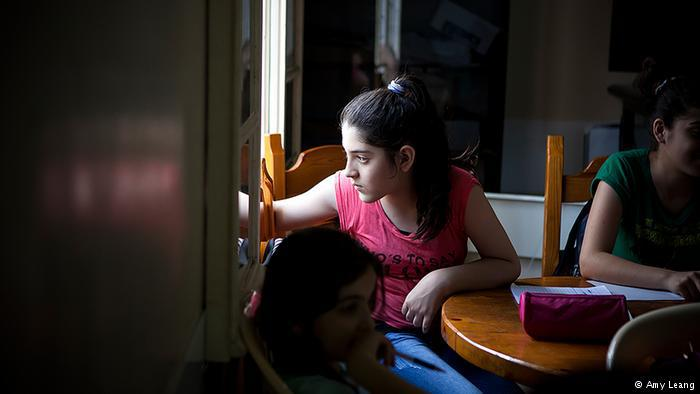 Ashta, 12, schaut während eines Aufsatzkurses aus dem Fenster; Foto: Amy Leang