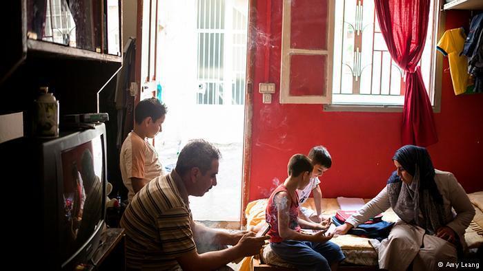 Die Eltern helfen ihren Kindern bei den Hausaufgaben; Foto: Amy Leang