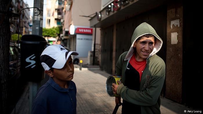Mohammed und Ahmed verdienen ihr Geld auf der Straße mit Schuhputzen; Foto: Amy Leang