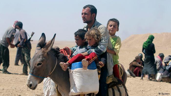 Ein Vater mit drei Kindern auf einem Esel; Foto: Reuters