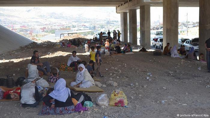 Jesiden leben provisorisch unter einer Brücke; Foto: picture-alliance/dpa