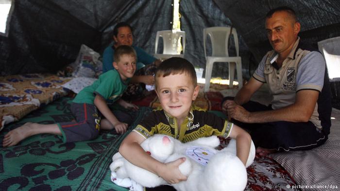 Eine Familie findet Zuflucht in einem UN-Flüchtlingszelt; Foto: picture-alliance/dpa