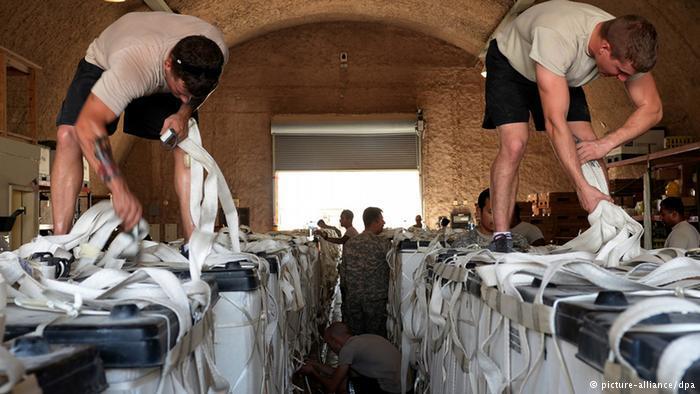 US-Soldaten bei der Vorbereitung einer Hilfslieferung; Foto: picture-alliance/dpa