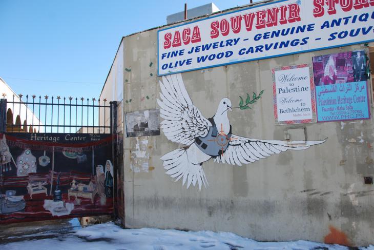 Friedenstaube mit kugelsicherer Weste des Künstlers Bansky aus dem Jahr 2007; Foto: Laura Overmeyer