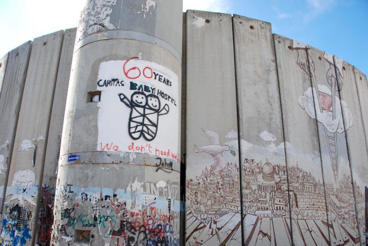 Gruß des Caritas Baby-Krankenhauses (Mitte) sowie eine Darstellung Jerusalems mit gefallener Mauer, Friedenstaube und Gottes Liebe, dargestellt durch eine Leiter die sich aus dem Himmel herabsenkt; Foto: Laura Overmeyer