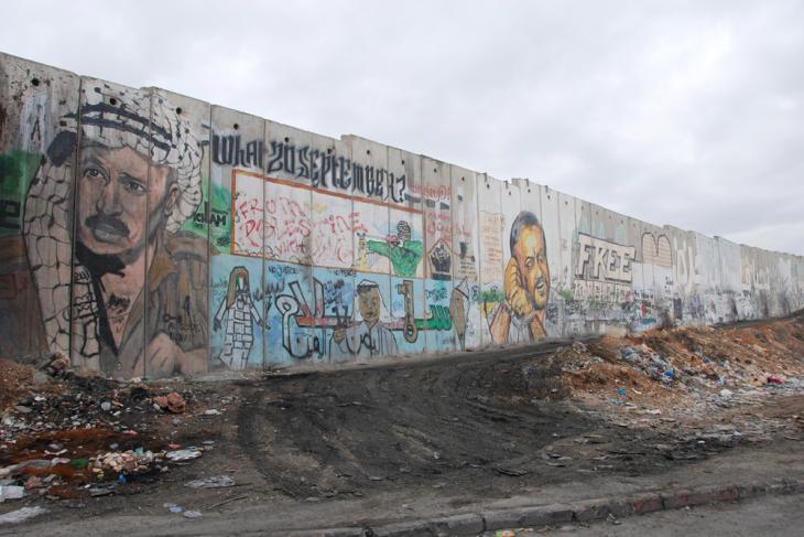 Portrait Yassir Arafats (links) und Portrait Marwan Barghoutis (rechts), Künstler unbekannt; Foto: Laura Overmeyer