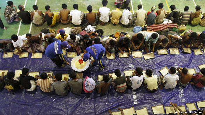 Essen wird ausgeteilt. Foto: Reuters/ R. Bintang