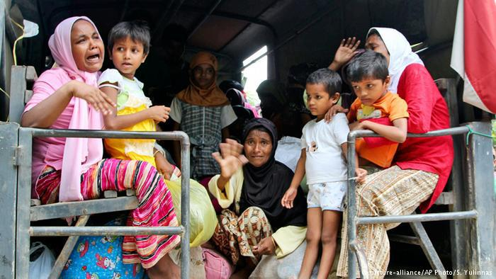 Flüchtlinge auf einem Transporter. Foto: picture-alliance/AP Photo/ S. Yulinnas