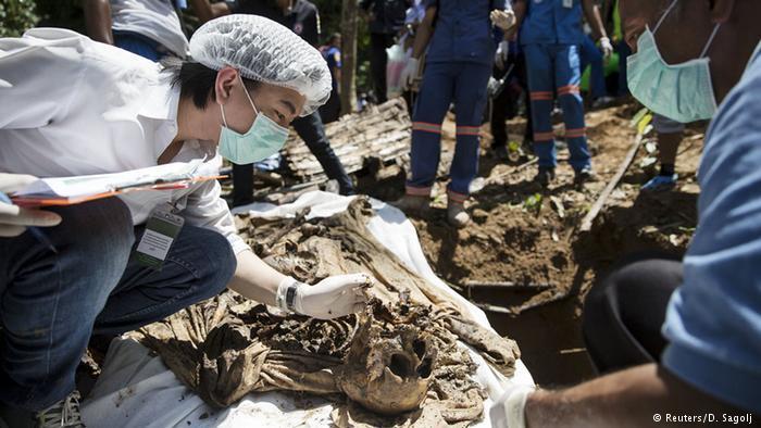 Menschliche Überreste im Massengrab. Foto: Reuters/ D. Sagolj