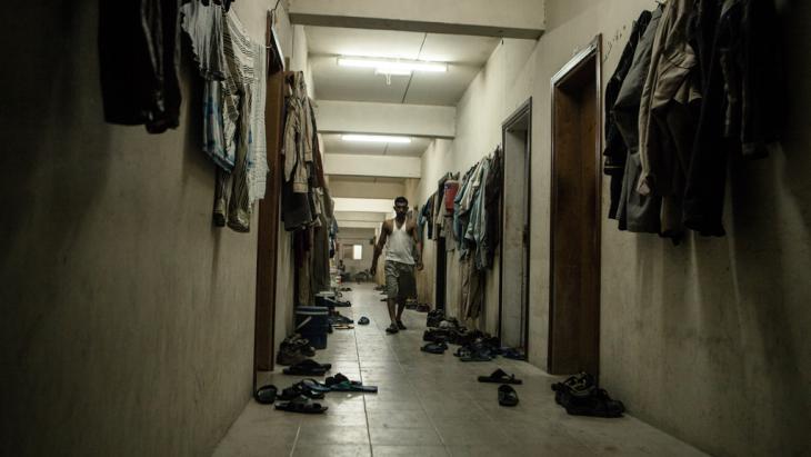Der Flur einer Arbeiterbaracke in Doha. Foto: Sam Tarling