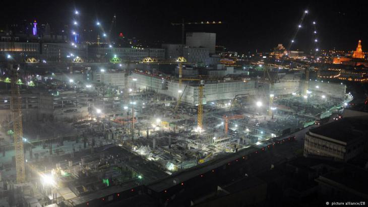 Beleuchtete Großbaustelle in Doha. Foto: picture-alliance/ ZB