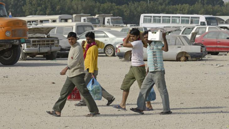 Gastarbeiter kommen vom Einkaufen. Foto: imago/ imagebroker