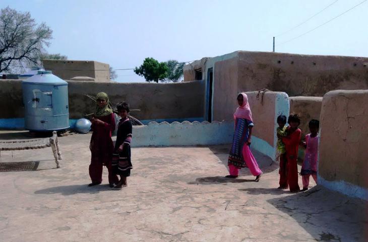Frauen im Hinterhof. Foto: Usman Mahar