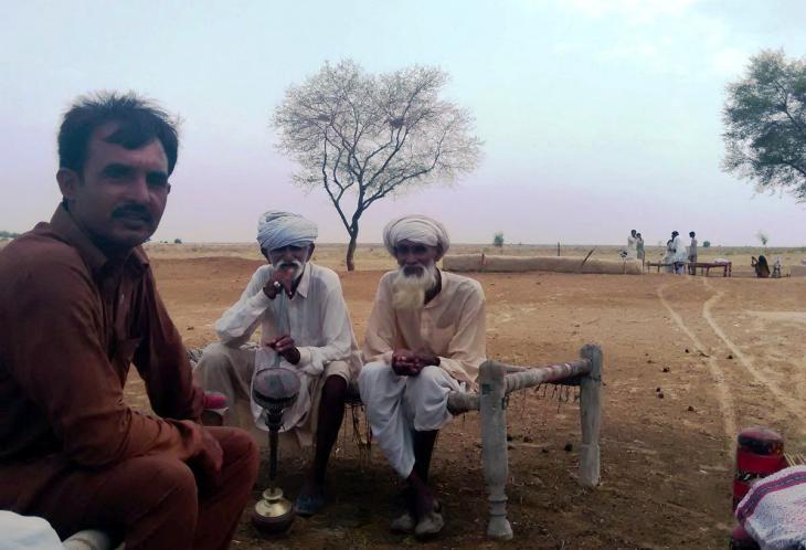Männer auf einem Charpoy in der Wüste Cholistans. Foto: Usman Mahar