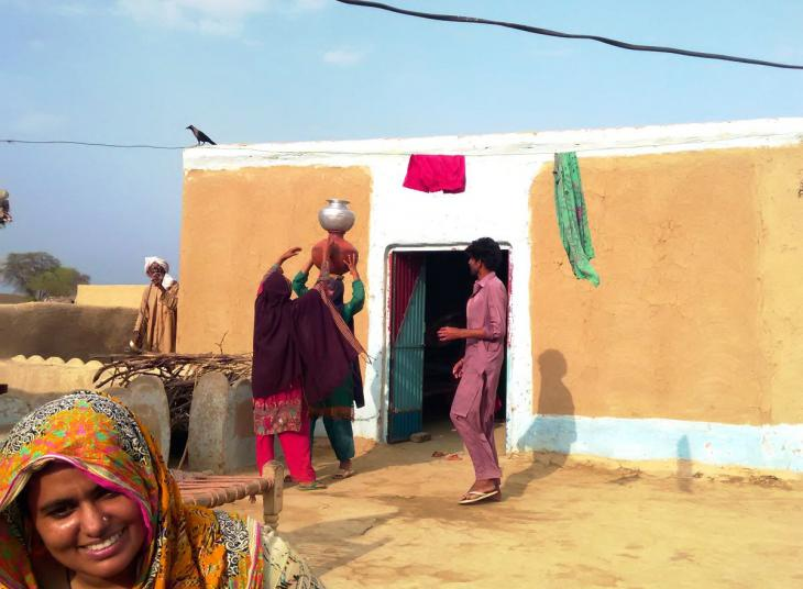 Frauen bereiten sich zum Wasserholen vor. Foto. Usman Mahar
