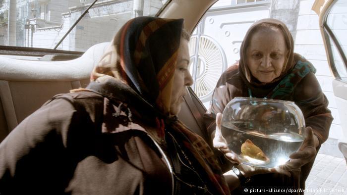 Zwei Frauen mit Goldfisch im Taxi. Foto: picture-alliance/dpa/Weltkino Filmverleih