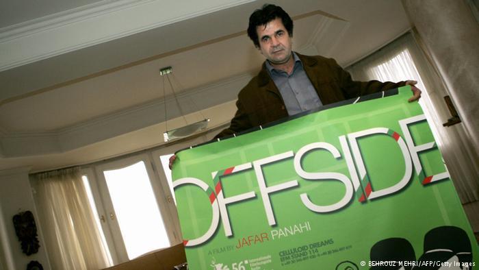 "Panahi mit grünem Filmplakat zu ""Offside"". Foto: BEHROUZ MEHRI/AFP/Getty Images"
