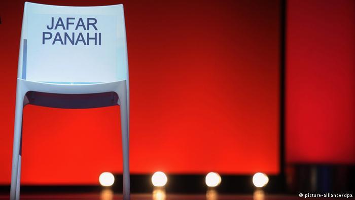 """Weißer Stuhl mit Aufschrift """"Jafar Panahi"""". Foto: picture-alliance/dpa"""