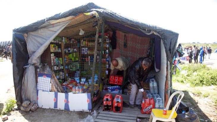 Laden im Flüchtlingscamp Calais. Foto: DW/ L. Scholtyssek