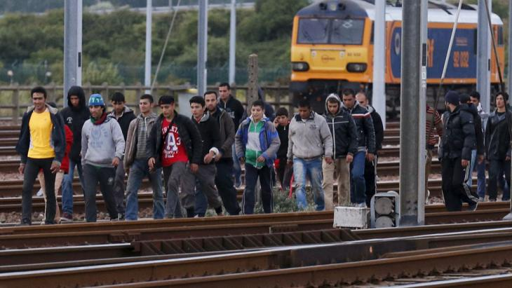 Migranten in Frethun auf dem Weg zum Eurotunnel. Foto: Reuters/ P. Rossignol