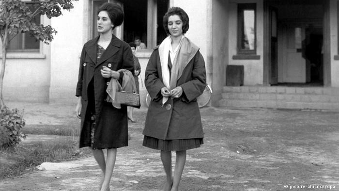 Zwei junge afghanische Frauen verlassen das Studiogebäude von Radio Kabul, Oktober 1962; Foto: picture-alliance/dpa