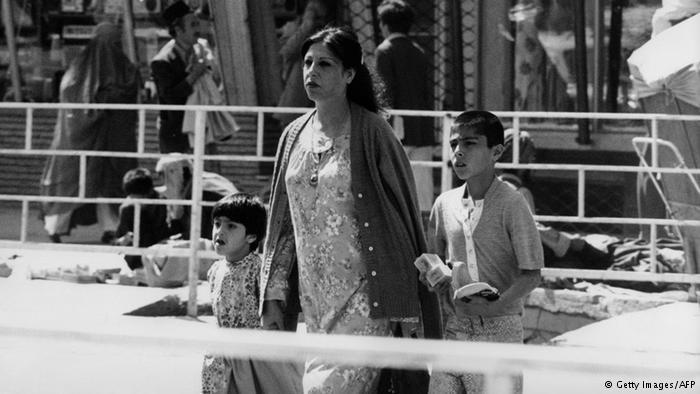 Unverschleierte Mutter mit ihren Kindern unterwegs auf einer Straße in Kabul; Foto: Getty Images/ AFP