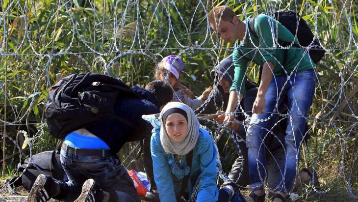 Syrische Flüchtlinge an der serbisch-ungarischen Grenze; Foto: AFP/Getty Imanges