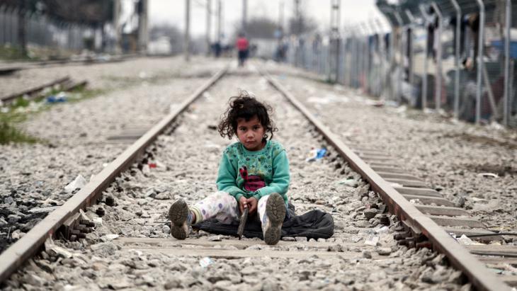 Flüchtlingskind auf einem Zuggleis bei Idomeni; Foto: Getty Images/AFP/L. Gouliamaki